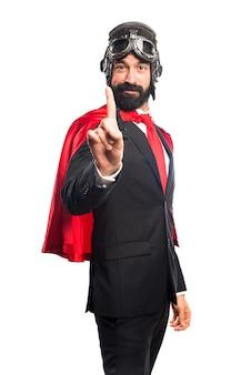 Super héroe hombre de negocios contando uno