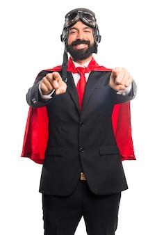 Super héroe hombre de negocios apuntando a la parte delantera
