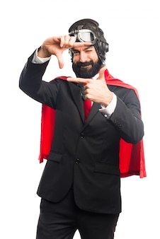 Super héroe hombre de negocios se centra con sus dedos