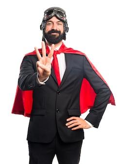 Super héroe hombre de negocios contando tres