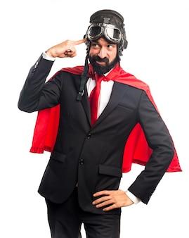 Super héroe hombre de negocios haciendo gesto loco
