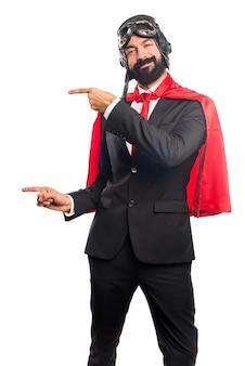 Super héroe hombre de negocios que apunta a la lateral