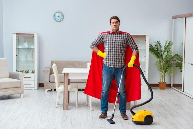 Super héroe limpiador trabajando en casa