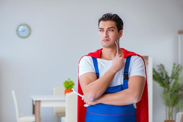 Super héroe reparador trabajando en casa