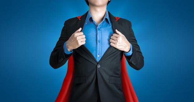 Super hombre de negocios viste trajes negros y túnicas rojas