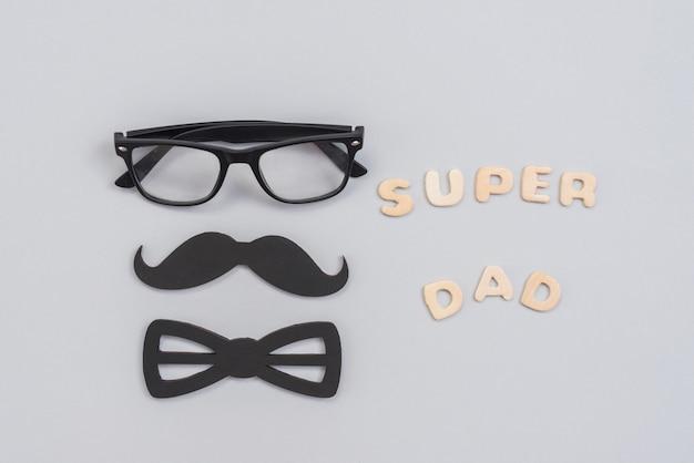Súper papá inscripción con gafas y bigote de papel.