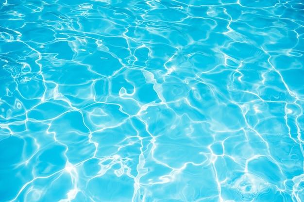 Superficie de agua azul en el fondo de la piscina