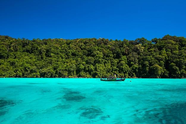 Superficie de agua de mar azul y brillante en el mar abierto, hermoso mar azul en la isla de surin