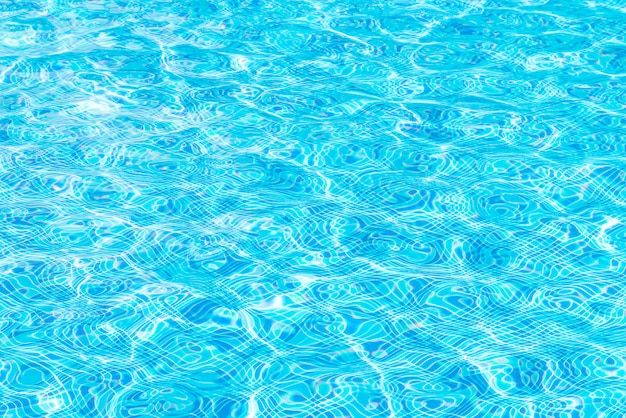 Superficie del agua en la piscina
