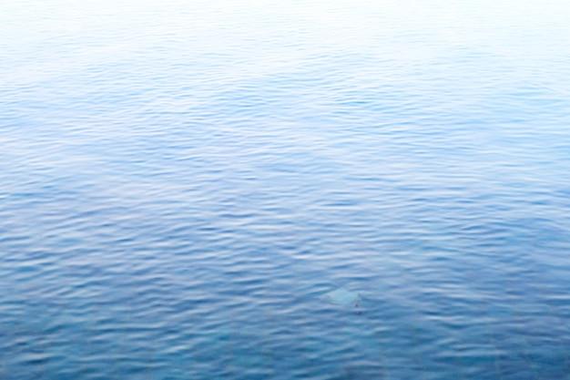 Superficie del agua de la piscina