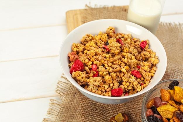 Superficie de alimentos de granola casera recién horneada en un tazón