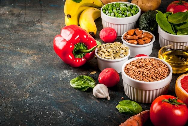 Superficie de alimentos saludables, productos de dieta alcalina de moda: frutas, verduras, cereales, nueces.