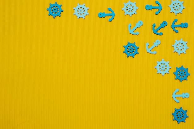 Superficie con anclas y timones azules para el verano