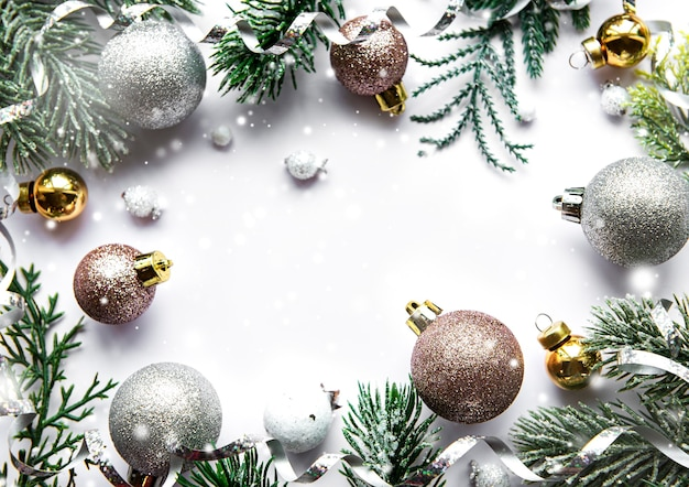 Superficie blanca festiva con adornos navideños