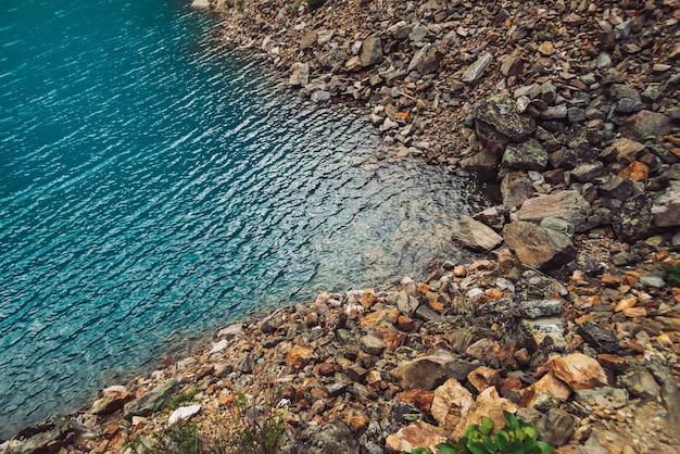 Superficie brillante del lago de montaña azul.
