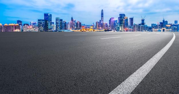 Superficie de la carretera y horizonte arquitectónico urbano del paisaje