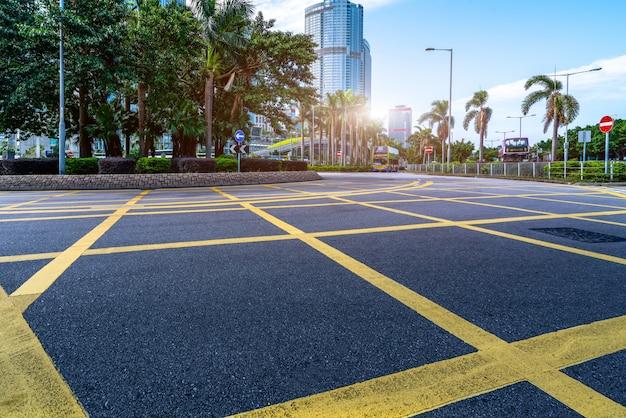 Superficie de la carretera y rascacielos de hong kong