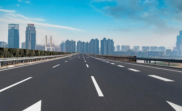 Superficie de la carretera y skyline de la ciudad de nanchang