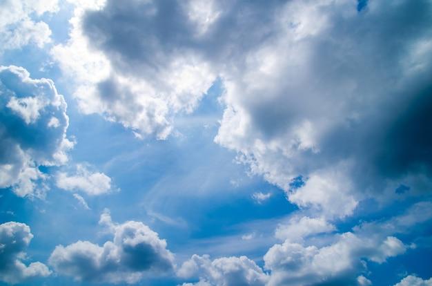 Superficie del cielo azul con nubes diminutas