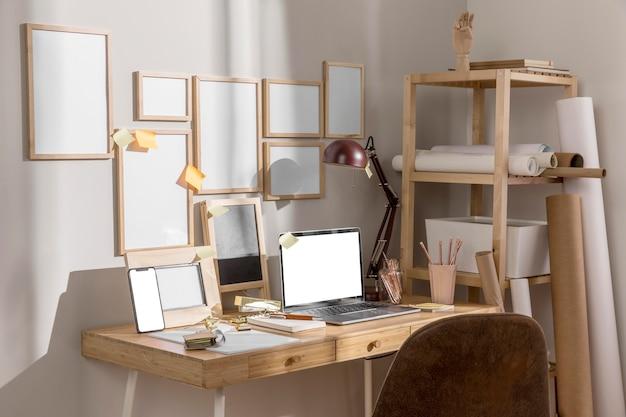 Superficie del escritorio del área de trabajo con computadora portátil y lámpara