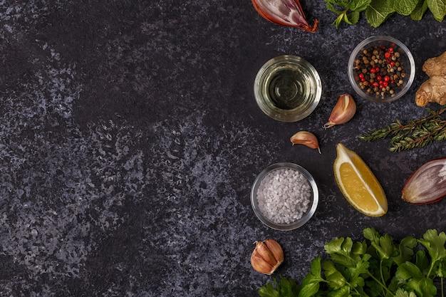Superficie con especias, hierbas y aceite de oliva.