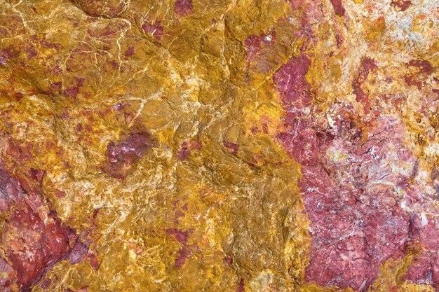 Superficie estampada de colores sobre una roca.