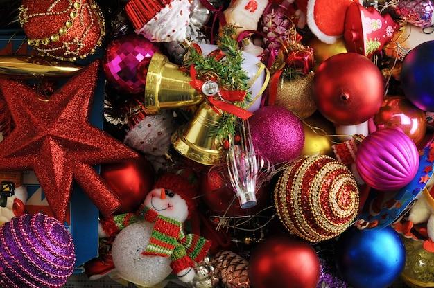 Superficie festiva con juguetes navideños para árbol de navidad