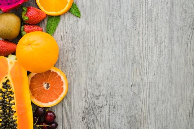 Superficie con frutas y espacio en blanco para mensajes
