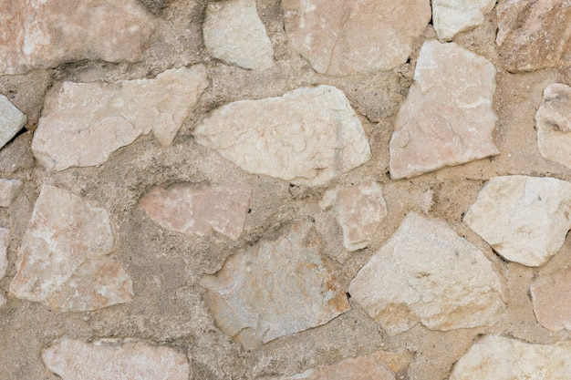 Superficie de hormigón con piedras y rocas.