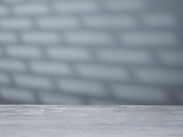 Superficie de hormigón vacía y pared gris sobre fondo con luz natural