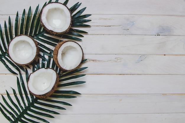 Superficie de madera blanca con cocos y espacio en blanco