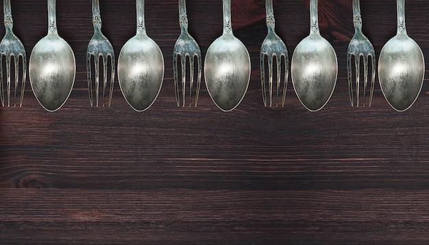 Superficie de madera con cucharas y tenedores vintage.