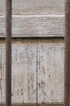 Superficie de madera envejecida y barras de metal oxidadas.