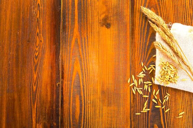 Superficie de madera y espigas de avena sobre arpillera. fondo