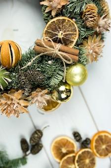 Superficie de madera de invierno de año nuevo con adornos navideños