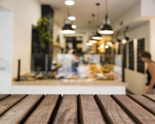 Superficie de madera mirando hacia bar