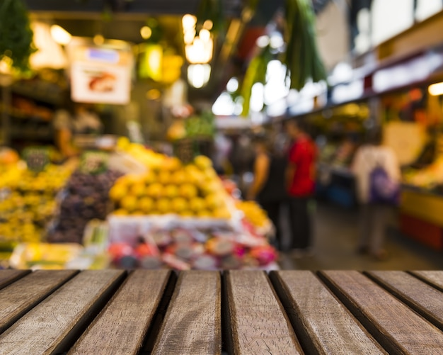 Superficie de madera mirando hacia frutas