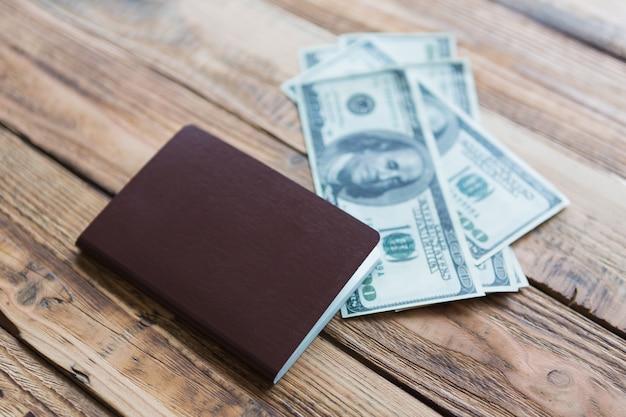 Superficie de madera con pasaporte y billetes
