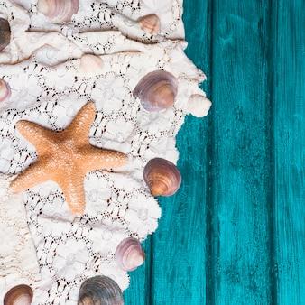 Superficie de madera vieja con estrellas de mar y conchas marinas