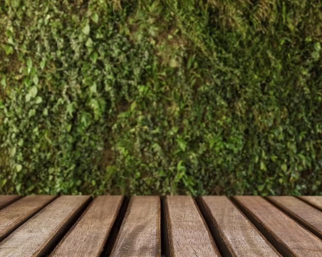 Superficie de mesa mirando hacia césped verde
