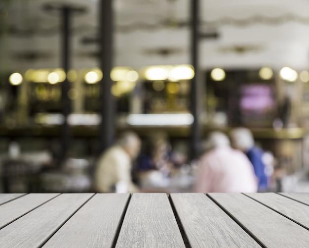 Superficie de mesa mirando hacia hombres en bar