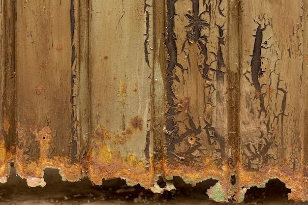 Superficie de metal oxidada con astillas de pintura