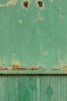 Superficie de metal oxidado con pintura envejecida