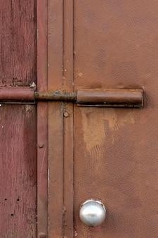 Superficie metálica envejecida con madera rugosa y cerradura