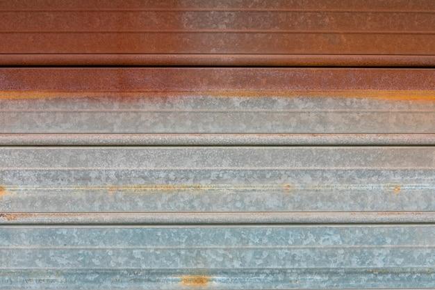 Superficie metálica con líneas y óxido.