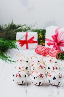 Superficie de navidad con campanas en la mesa de superficie antigua de madera blanca