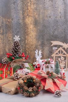 Superficie navideña con ciervos de juguete, pino y santa