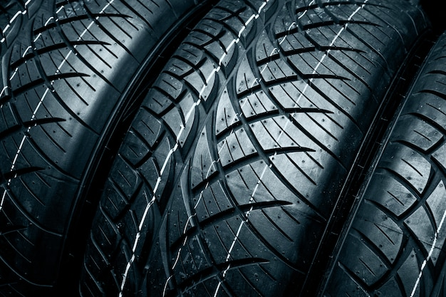 Superficie de neumáticos nuevos. neumáticos de automóvil de cerca