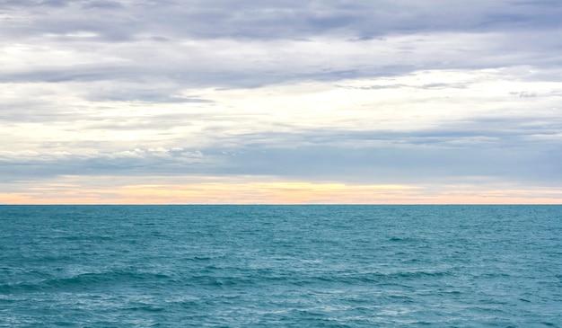Superficie de las olas del mar azul y abstracto, fondo, patrón