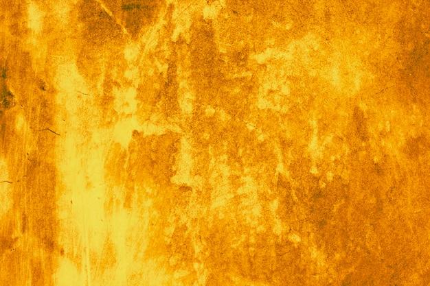 La superficie de la pared enlucida es de color marrón dorado.